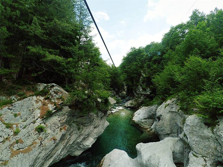 Zip line over de Soca rivier